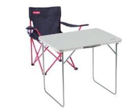 krzesła oraz stół w przyczepie kempingowej